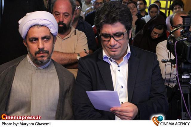 رضا رشیدپور در  اعتراض خبرنگاران به یک نشست خبری