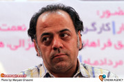 جواد افشار کارگردان  در مراسم تقدیر از عوامل مجموعه تلویزیونی «مادرانه»