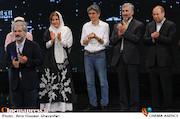 دریافت جایزه توسط ناصر هاشمی در اختتامیه ششمین جشنواره بینالمللی فیلم شهر