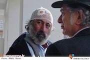 آتیلا پسیانی و سیامک صفری در نمایی از فیلم سینمایی «کارگر ساده نیازمندیم»