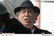 آتیلا پسیانی در نمایی از فیلم سینمایی «کارگر ساده نیازمندیم»