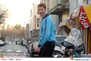 بهرام افشاری در نمایی از فیلم سینمایی «کارگر ساده نیازمندیم»