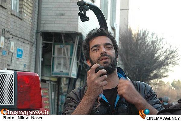منوچهر هادی در نمایی از پشت صحنه فیلم سینمایی «کارگر ساده نیازمندیم»
