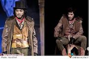 نوید محمدزاده در نمایش «الیورتوئیست»