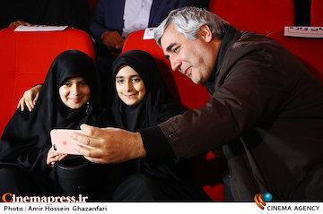 عکس/ مراسم تجلیل خانوادههای شهدا از ابراهیم حاتمیکیا