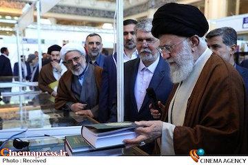 فیلم/ بخش هایی از حضور رهبرانقلاب در نمایشگاه کتاب تهران