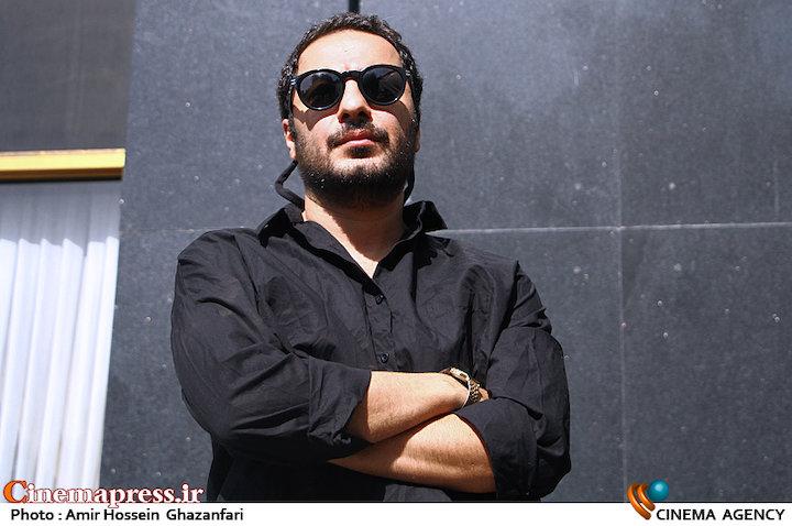 نوید محمدزاده در مراسم تشییع مرحوم عزت الله انتظامی