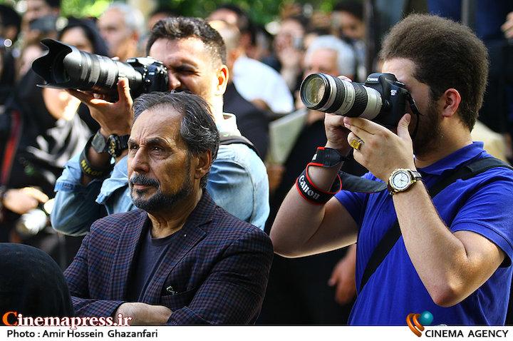 مجید قناد در مراسم تشییع مرحوم عزت الله انتظامی