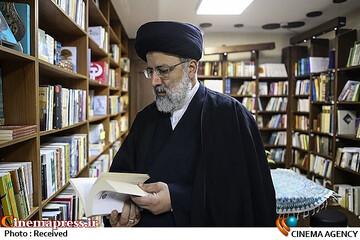 بازدید آیتالله رئیسی از چند کتابفروشی خیابان انقلاب