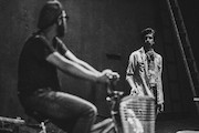 نمایش مرگ خنده دار یک دوچرخه سوار استقامت