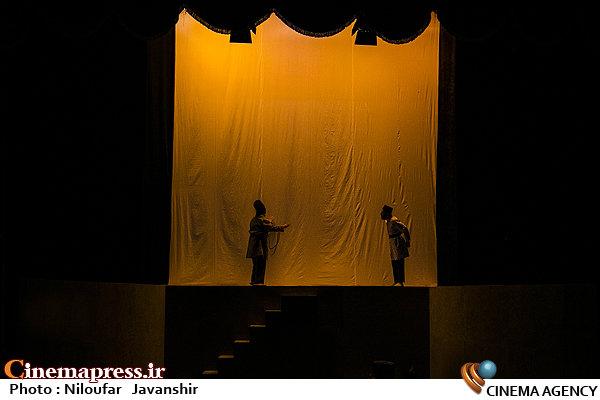 تفاسیر سیاسی تئاتر «چشم به راه میرغضب»؛                     اصلاحطلبان جیرهخوار انگلیس و اصولگرایان نوکر شاه هستند؟! +عکس
