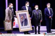 تجلیل از خانوداه شهید محسن فخری زاده در مراسم اختتامیه سی و نهمین جشنواره تئاتر فجر