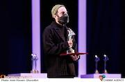 نوید محمدزاده در مراسم اختتامیه سی و نهمین جشنواره تئاتر فجر
