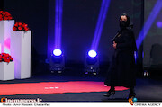ساره بیات در مراسم اختتامیه سی و نهمین جشنواره فیلم فجر