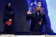 پوریا رحیمی سام در مراسم اختتامیه سی و نهمین جشنواره فیلم فجر