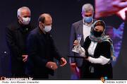 گلاره عباسی در مراسم اختتامیه سی و نهمین جشنواره فیلم فجر