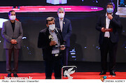 ابراهیم اصغری در مراسم اختتامیه سی و نهمین جشنواره فیلم فجر