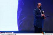 علی غفاری در مراسم اختتامیه سی و نهمین جشنواره فیلم فجر