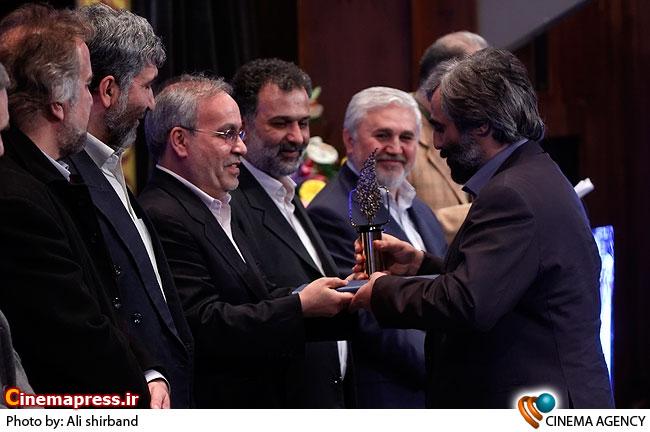 تقدیر از سعید ابوطالب در اختتامیه دومین جشنواره تلویزیونی جام جم
