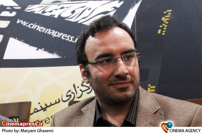 پاک آیین در غرفه خبرگزاری سینمای ایران در نمایشگاه مطبوعات