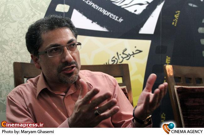 رضا مهدوی در غرفه خبرگزاری سینمای ایران در نمایشگاه مطبوعات