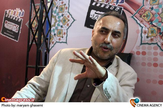 حسین مسافرآستانه در غرفه خبرگزاری سینمای ایران در نوزدهمین نمایشگاه مطبوعات