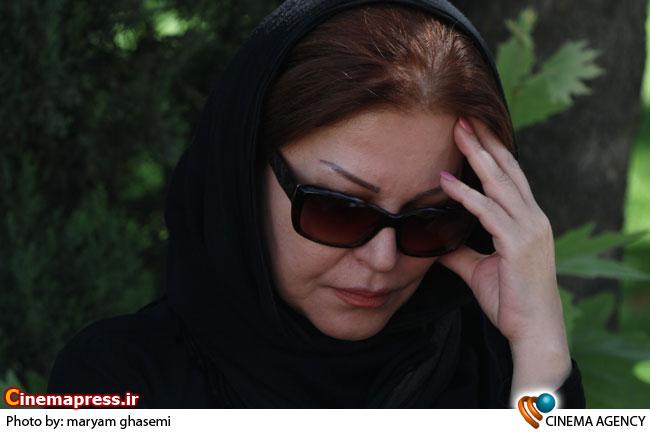 اکرم محمدی در مراسم تشییع «نادیا دلدار گلچین » بازیگر سینما و تلویزیون
