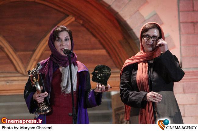 تقدیر از فاطمه معتمد آریا بازیگر نقش اول زن در مراسم پانزدهمین جشن سینمای ایران