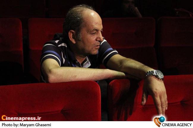 بهرام ابراهیمی در تمربن تئاتر «شب روی سنگفرش خیس» به کارگردانی هادی مرزبان