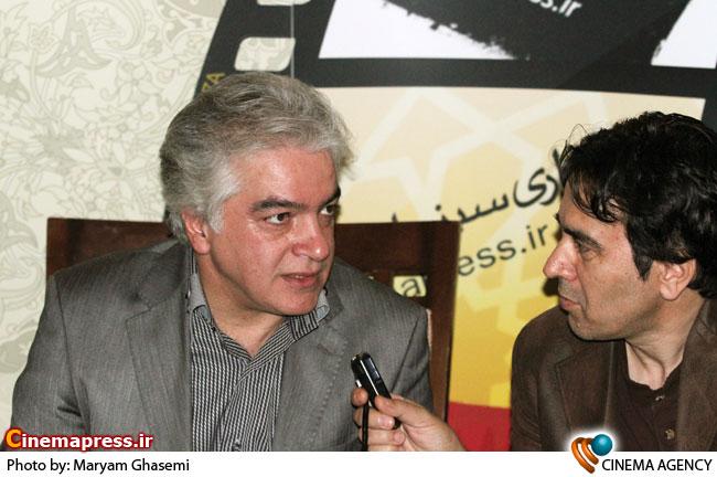 محمود کاظمی در غرفه خبرگزاری سینمای ایران در هجدهمین نمایشگاه مطبوعات