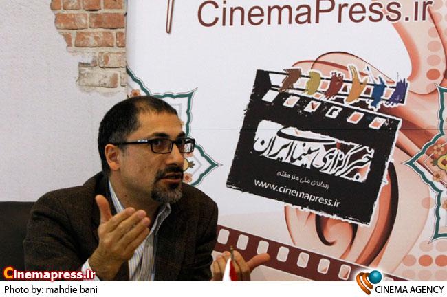 رضا مهدوی در در غرفه خبرگزاری سینمای ایران در نوزدهمین نمایشگاه مطبوعات