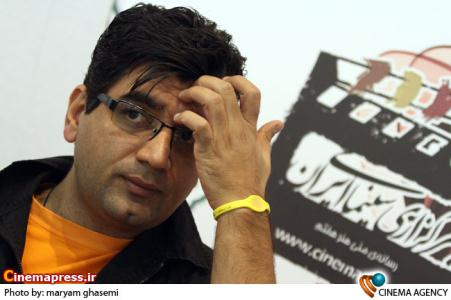 علی عطشانی کارگردان در غرفه خبرگزاری سینمای ایران در نوزدهمین نمایشگاه مطبوعات