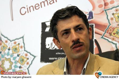 سیروس همتی بازیگر در غرفه خبرگزاری سینمای ایران در نوزدهمین نمایشگاه مطبوعات