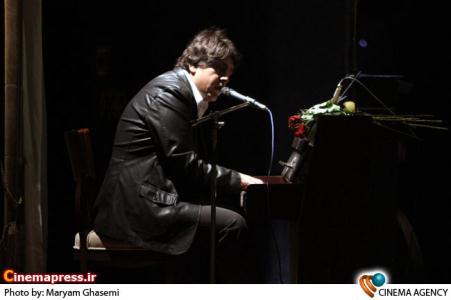 اجرای موسیقی توسط مانی رهنما در مراسم نهمین شب بازیگر تئاتر
