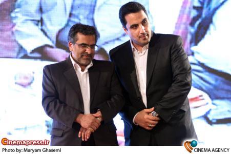 محمدرضا عباسیان و شمقدری ریئس سازمان سینمایی درمراسم اختتامیه نخستین جشنواره فیلم های ویدئویی تهران
