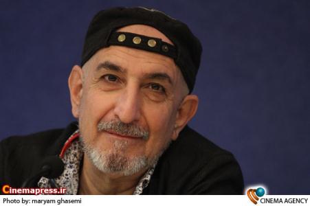 فرهاد آئیش کارگردان در نشست خبری تئاتر «هفت شب با مهمانی ناخوانده»