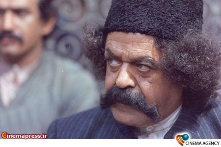 محمد علی کشاورز در نمایی از فیلم هزاردستان به کارگردانی علی حاتمی