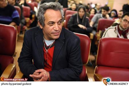 محمد حسین لطیفی کارگردان در نشست خبری فیلم از پاریس تا پاریس