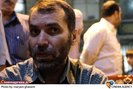 مسعود ده نمکی در جمع خبرنگاران در پشت صحنه فیلم سینمایی «رسوایی»