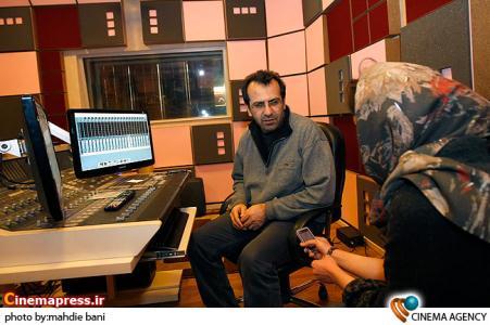بهمن اردلان صداگذار فیلم بی تابی بیتادر استودیو بهمن در روزهای نزدیک جشنواره فیلم فجر